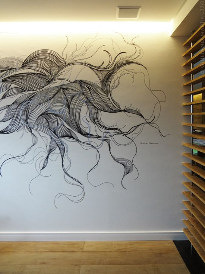 O artista plástico de São Paulo, Giuliano Martinuzzo, cria desenhos em paredes utilizando apenas canetas. Suas artes abstratas trazem aos ambientes nos quais estão presentes, uma sensação de movimento e fluidez. Martinuzzo utiliza o minimalismo ao usar o preto e o branco e as linhas que criam formas e dão vida a espaços interiores.
