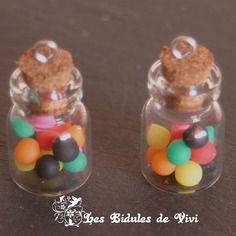 2 breloques fioles de verre avec bonbons miniatures  fimo multicolore