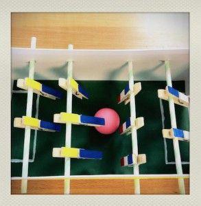 construire un baby-foot en carton et pinces à linges