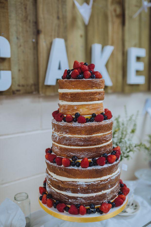 Naked Cake - DIY Scheunenhochzeit mit einem Hauch von Japan von James and Lianne | Hochzeitsblog - The Little Wedding Corner