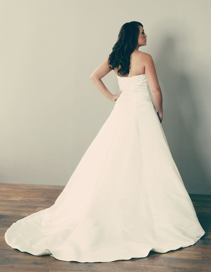 Lp9003 A Beautiful Strapless Style With Wide Sweeping Skirts That Flow Down Into Plus Size Weddingwedding Gownswedding