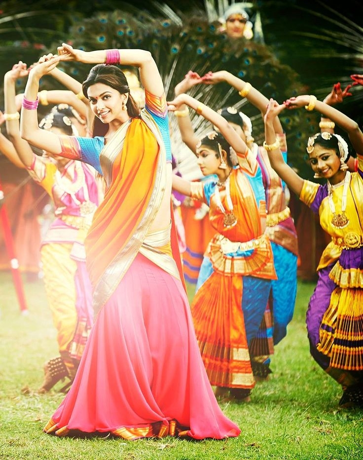 Gorgeous Deepika Padukone with the classical Dancers at the back, which is famous in all over india