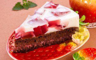 Шоколадный торт с молочно-клубничным желе
