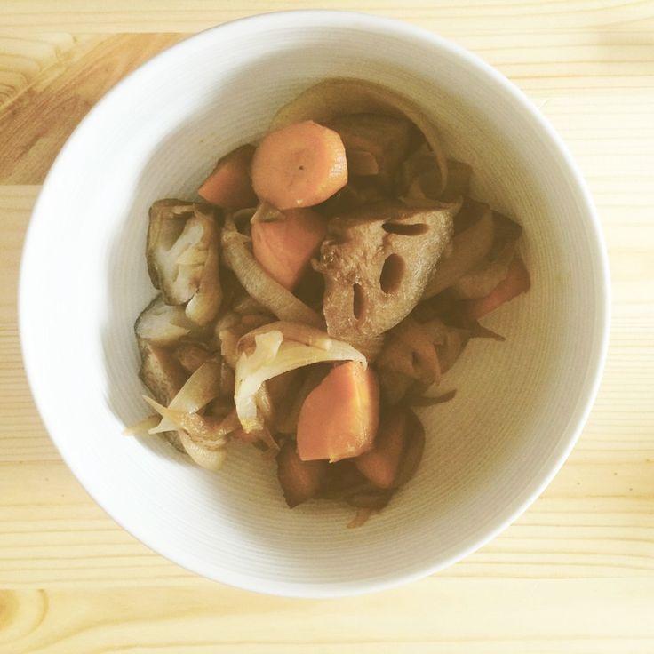 【さくっとマクロビ】蓮根人参玉葱の煮しめ    煮汁が残らないように時間をかけてじっくり煮る調理法である煮しめ。正月などの特別な日だけでなく、日常にもぜひ取り入れて☆