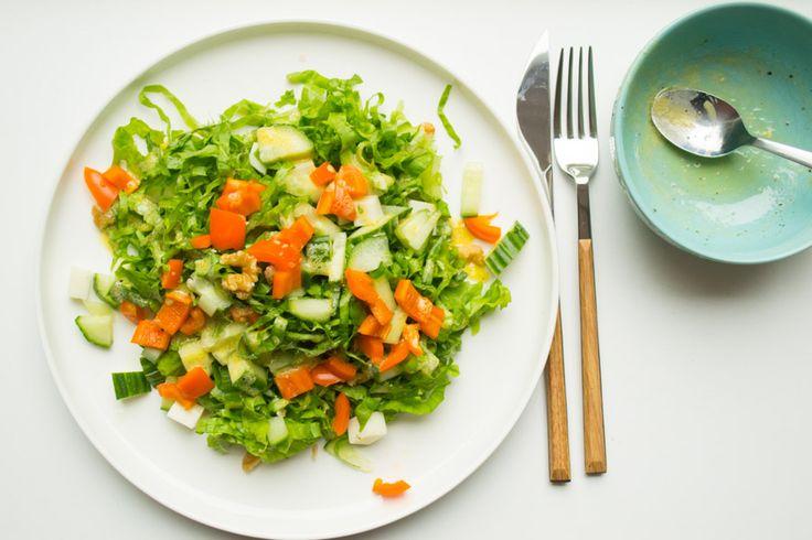 Een andijvie salade met harde geitenkaas en een, uiteraard suikervrije, zelfgemaakte mosterd dressing. Simpel, makkelijk om te maken en ontzettend lekker!