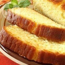 Een makkelijke cake om te maken en heerlijk bij een kopje thee. Cake gemaakt met sinaasappelrasp, -sap en walnoten en overgoten met een sinaasappelglazuur.