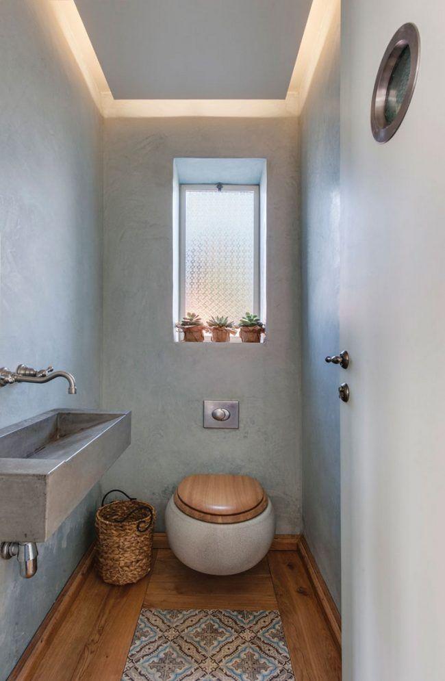gäste-wc-gestalten-klein-rustikal-holzboden-toilettensitz-holz-muster-teppich