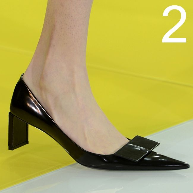 """I 25 MUST HAVE DELLA P/E 2013:  2 LE SCARPE A PUNTISSIMA: Non si vedevano da un po', e rieccole qui. Con una novità. Le scarpe dalla punta affilatissima hanno, questa volta, tacchi medi di pochi centimetri, che otticamente le """"allungano"""" ancora di più. Le più a punta di tutte sono quelle griffate Louis Vuitton, ma non """"scherzano"""" neppure Marc Jacobs, Miu Miu e Burberry Prorsum."""