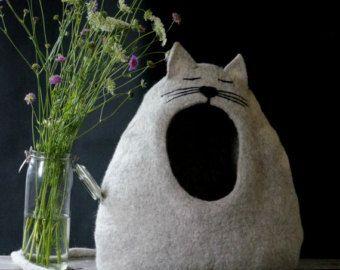 100% merino wol en handgemaakte vilten kat grot. We hebben de kat grot van zachte merinoswol. Vilten huisdier huis gebruikten we alleen water en zeep. In dit huis kat Huisdier zich veilig zal voelen en kat grot heeft een staart die als huisdier speelgoed dienen zal.  GROOTTE:  Diep: ongeveer 30 cm (11,8 inch) Breedte: ongeveer 49 cm (19.29 inch) Hoogte ongeveer: 48 cm (18,9 inch)  KLEUR: Kat bed/puppie huis kunt u kleur kiezen. Als u andere kleur, deze kat bed wilt of andere wensen neem ...