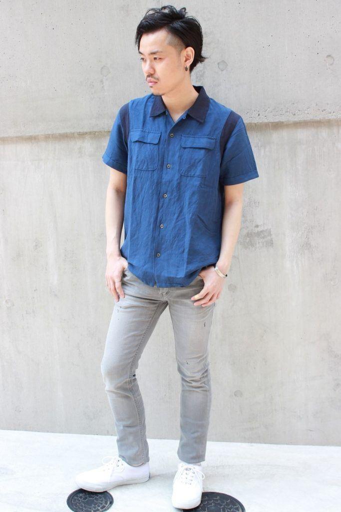 リネン/レーヨンのキャンバス地のボーリングシャツとキュプラ混のスーパースリムジーンズの組み合わせ。