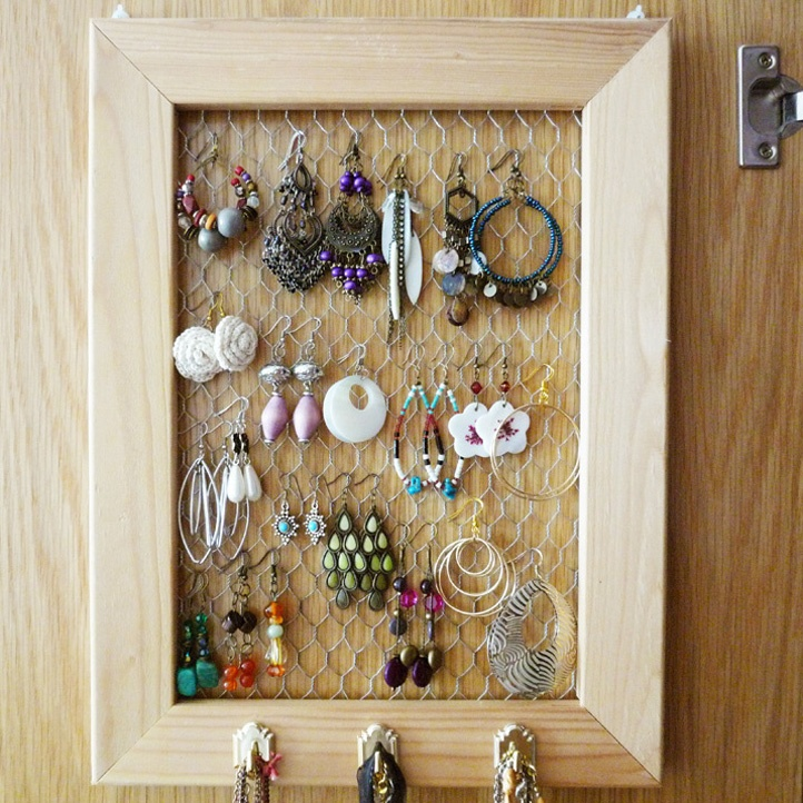 Jewelry organizer: Wire Jewelry, Wire Earrings, Jewelry Storage, Jewelry Display, Chicken Wire, Earrings Holders, Diy Jewelry, Bedrooms Organic, Pictures Frames