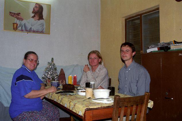 Na zdjęciu: Boże Narodzenie 2000 r. Dr Helena Pyz, Tomasz Mackiewicz i student z Polski/ Archiwum prywatne Heleny Pyz