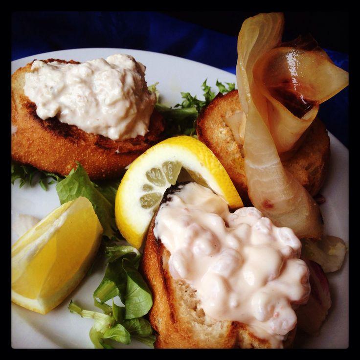 Trittico delle sirene: Crostino mousse al tonno, crostino cocktail di gamberetti, crostino carpaccio di pesce spada