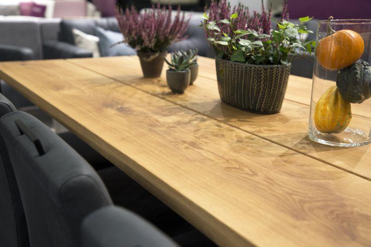 Oletko jo ehtinyt Habitareen? Poikkea Maskun osastolle 7h130 ihailemaan Pohjanmaan rouheaa Lankku-pöytää sekä ylellisellä Nature-nahalla verhoiltuja Kuura-tuoleja. Tunnelmallinen tummanharmaa on syksyn uutuussävy nahkavalikoimassamme. 🍁🍂🎃  #pohjanmaan #pohjanmaankaluste #habitare2017 #koti #keittiö #kitcheninspo #kitchendecor #diningchair #diningtable