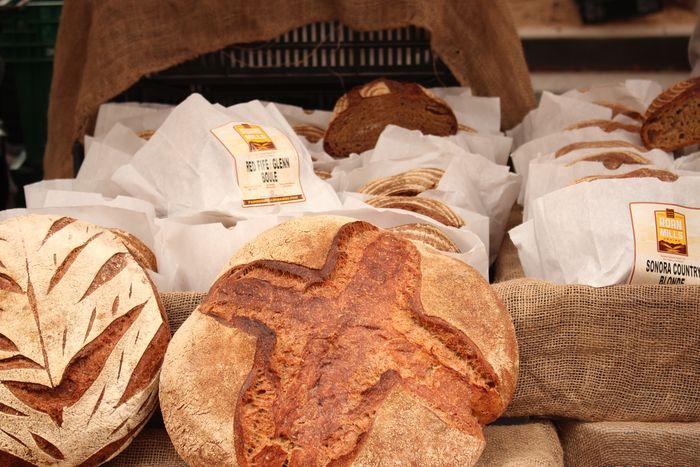 シンプルですが、まるで外国のパン屋さんみたいなパンのラッピング。  食べるときに手が汚れないのも嬉しいですね。
