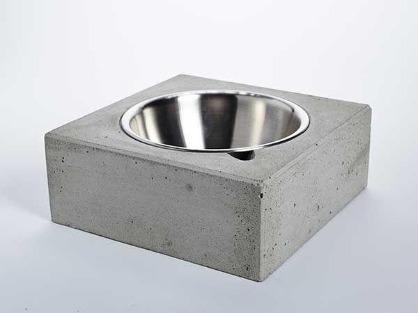 Hundenapf aus Beton  Dieser von Hand gefertigte, puristische Hundenapf besticht durch sein schlichtes Design. Durch sein Eigengewicht wird das verrutschen auf dem Boden nahezu unmöglich! Die 1000ml-Edelstahlschüssel ist herausnehmbar...
