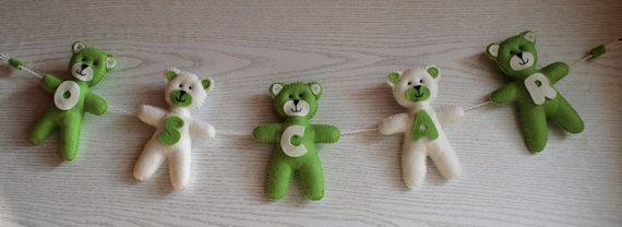 Garland niedźwiedzie.  Filc niedźwiedzie.  Niedźwiedzie zawieszenie.  Imię dziecka.  Udekorować niedźwiedzi.  Opatrzone zielonym i ecru.