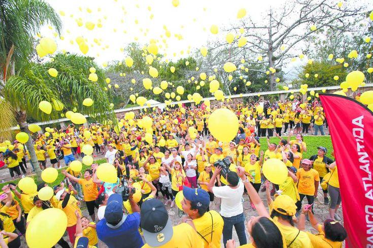 Con globos amarillos le dicen no al cáncer A diario en Honduras se diagnostica a un niño con cáncer. El recorrido fue del Cuerpo de Bomberos al Juana Laínez (Foto: Marvin Salgado/El Heraldo).