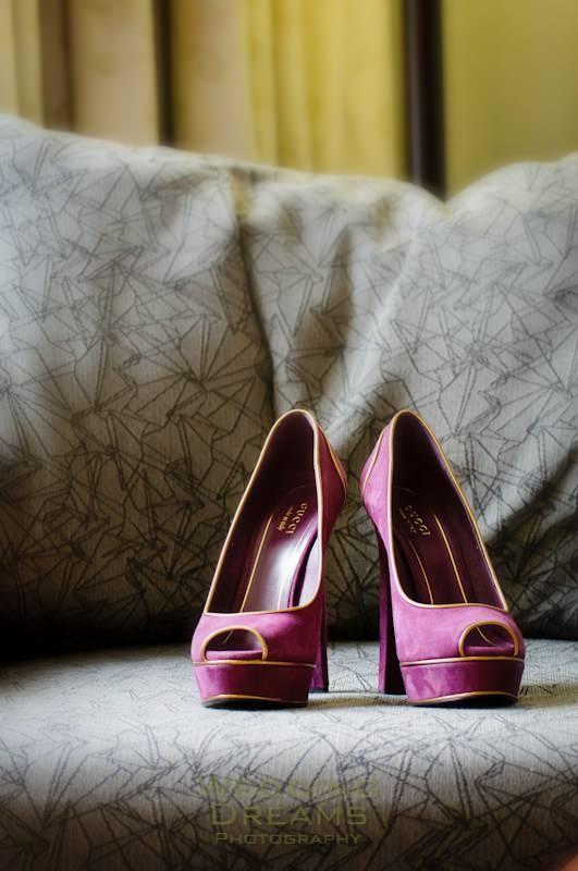 Doe eens gek en draag Paars Suede schoenen onder je Witte Trouwjurk. Foto: Weddingdreams Photography