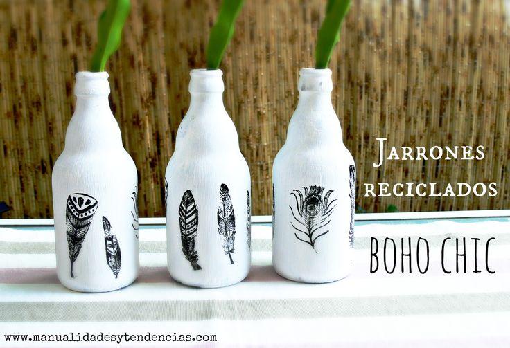 Decorar con botellas recicladas / Recycled bottles decoration www.manualidadesytendencias.com #reciclaje #creativo #boho #chic #botellas #bottles #recycled #jarrón #vase #plumas #estampado #feathers #manualidades #crafts