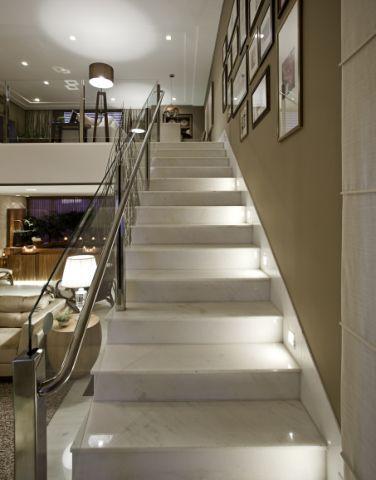 escada iluminada pe diretiro duplo