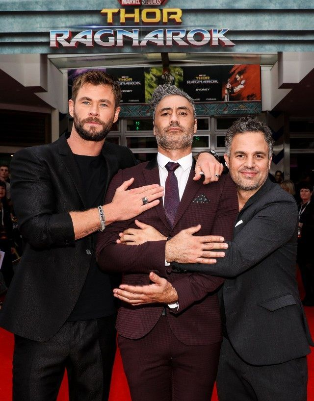 25 Epic Red Carpet Moments Of Marvel Actors That Are Truely Hilarious Whatgeek Marvel Actors Chris Hemsworth Taika Waititi