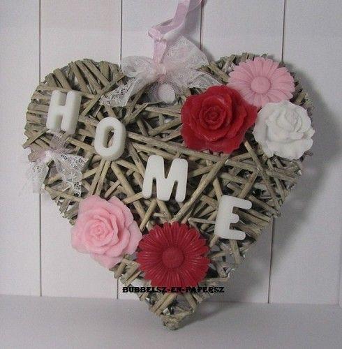 homedecoratie - rieten hart versiert met b.v bloemen-zeepjes en letters HOME of een naam ook leuk als cadeau