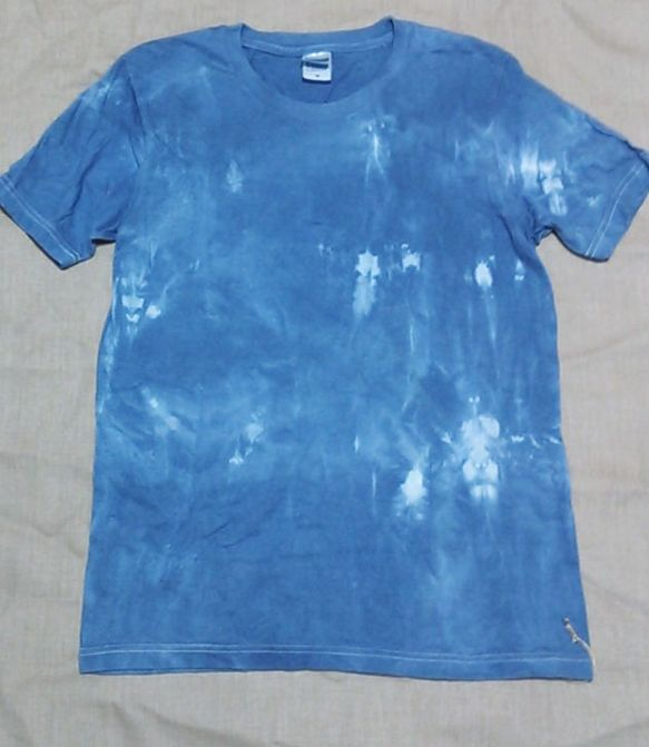 インド藍を使い、男性用Tシャツを染め上げました。しっかりめの生地の丸首Tシャツです。サイズ メンズM    肩幅42 身頃46 着丈66 多少の誤差はご了承く...|ハンドメイド、手作り、手仕事品の通販・販売・購入ならCreema。