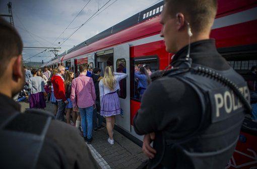 Bei der Rückfahrt vom Frühlingsfest steigt am Dienstagabend die Polizei mit in die S-Bahn ein, da schon in Bad Cannstatt jemand die Notbremse zieht. Foto: Lichtgut/Max Kovalenko http://www.stuttgarter-zeitung.de/inhalt.s-bahn-vorm-hauptbahnhof-gestoppt-zug-bleibt-liegen-fahrgaeste-steigen-aus.612da482-3a38-449e-b25d-3997f8b0fc6c.html lol, Stuttgart people in fact, lol