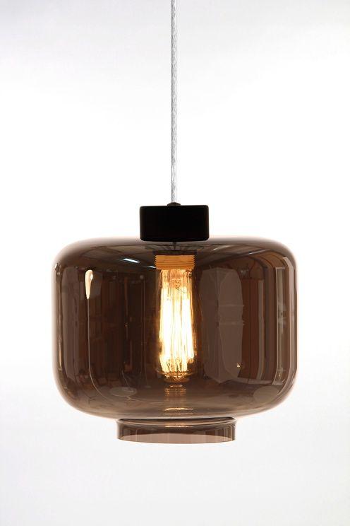 gjord i  glas med mattsvart kaschering och transparent kabel. Höjd 22 cm. Diameter 25 cm. Lamphållare E27. Max 60W.