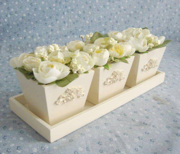 Trio de vasos tamanho M medindo 9x9x7cm cada vasinho. <br>Acompanha bandeja de apoio. <br>Pintura laqueada e aplique em resina. <br>Flores na cor que o cliente escolher. <br>PRODUTO ARTESANAL SUJEITO A VARIAÇÕES