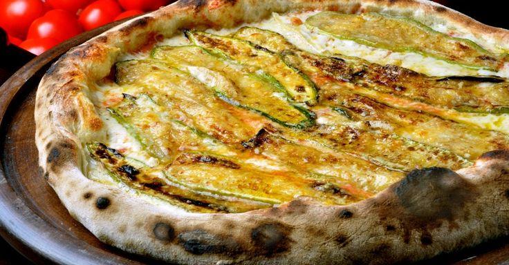 A pizza Columbia (molho de tomate, mussarela, queijo brie, abobrinha fatiada marinada, alho, queijo grana padano e pecorino ralados; R$ 48 a média, R$ 53 a grande) é uma das sugestões da Pizzaria Nacional, inspirada nos anos 50 e 60. As pizzas foram nomeadas em homenagem à Bossa Nova e Jovem Guarda. Entre as entradas, está o Pão de Calabresa recheado com calabresa curada e queijo (R$ 14,90). A casa fica na rua Canário, 480, Moema.