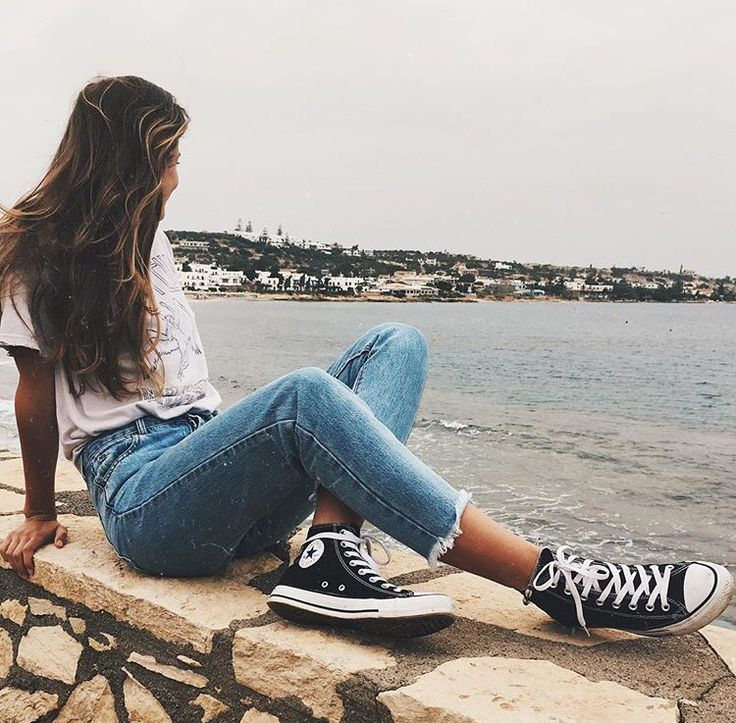 By the sea // white tee, blue jeans and converse high-tops