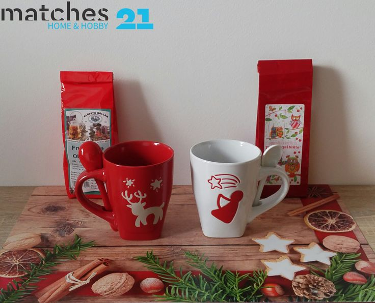 Diese schönen Weihnachtstassen mit praktischem integrierten Löffelhalter gibt es im 2-er Set bei uns im matches21 Shop :) Das toll dazu passende Tischset findet ihr dort selbstverständlich auch!