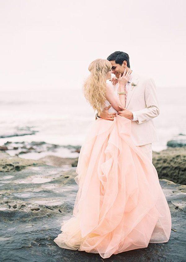 上半身はタイト+下半身ふんわり、のめりはりシェイプが素敵♡ マタニティ用のピンクカラードレス。ウェディングドレス・花嫁衣装まとめ。