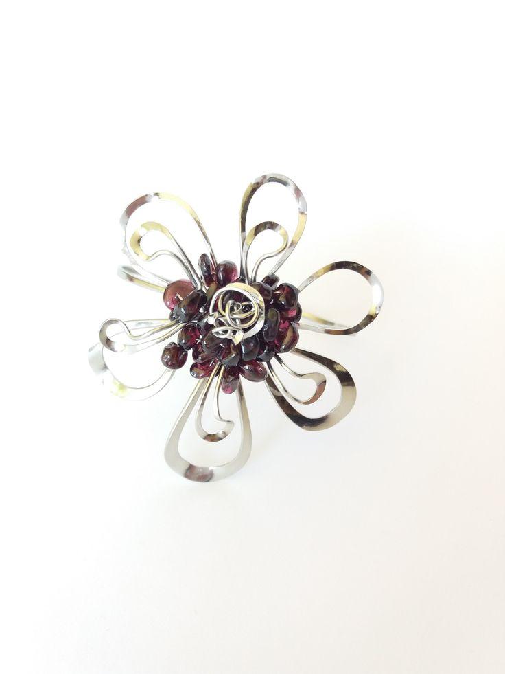 """Náramek+""""Květ+s+granátovými+zlomky""""+Autorský+šperk.+Originál,+který+existuje+pouze+vjednom+jediném+exempláři+z+romantické+edice+variací+na+květy.+Vyniká+svou+lehkostí,+kouzelným+prostorovým+tvarem,+elegantním+výrazem+a+zajímavou+barevností+granátových+zlomků.+Je+to+výrazný+šperk,+díky+své+velikosti+nepřehlédnutelný,+přesto+působí+jemně+až+křehce...."""