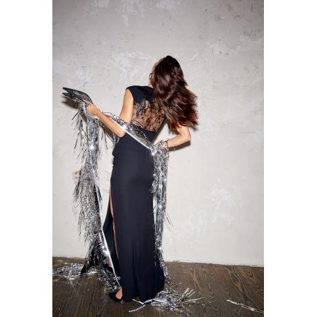 Bodenlanges, schwarzes Kleid mit transparentem Spitzeneinsatz am Rücken. Für den eleganten Auftritt am Abend mit High-Heels und Metallic-Clutch kombinieren.