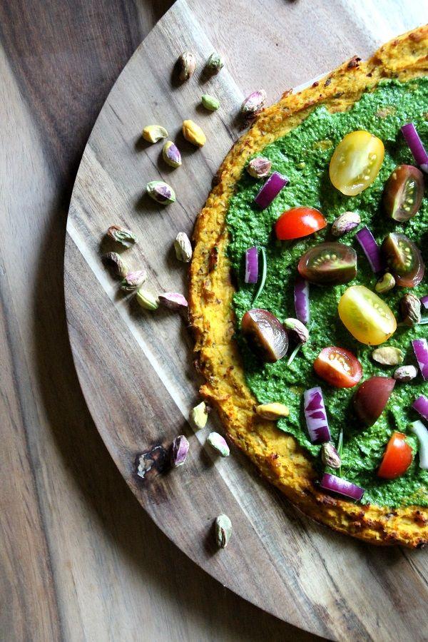 Pompoenpizza met een basilicum spinaziesaus. Dit recept is suikervrij, lactosevrij en glutenvrij! 100% paleo
