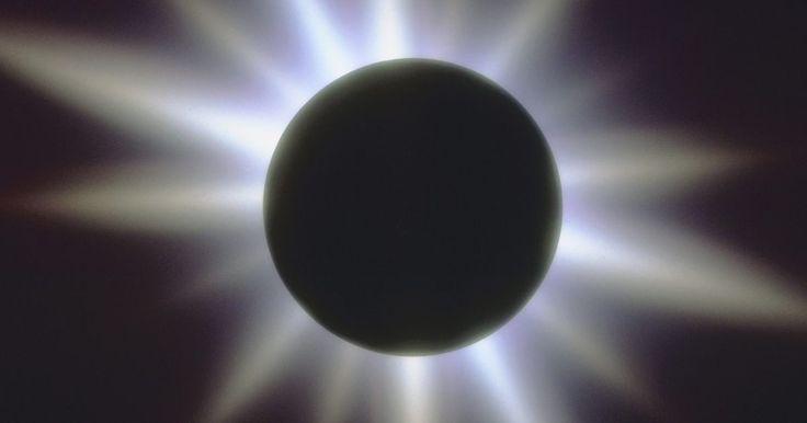 Cuáles son las diferencias entre los eclipses solares y lunares. Los eclipses ocurren cuando la Luna pasa entre el Sol y la Tierra o cuando la Tierra pasa entre el Sol y la Luna. Ni la Tierra ni la Luna producen su propia luz. Ambas reflejan la luz del sol, por lo que los eclipses crean efectos dramáticos e inusuales de iluminación cuando se producen.