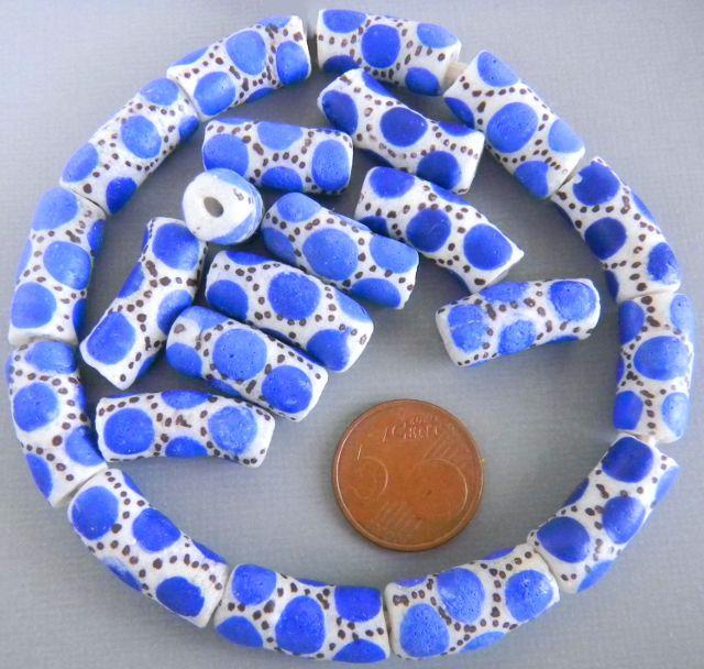 wit met blauwe stippen......
