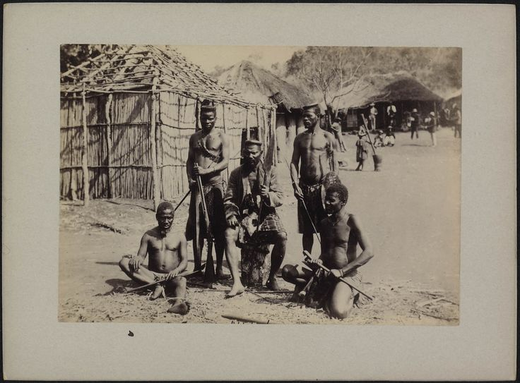 Groepsportret van stamhoofd Ndakenjaka omgeven door zijn raadgevers, Transvaal, Spelonken