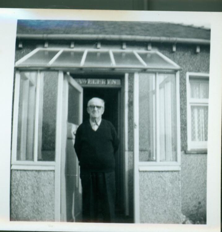 Taid - William Jones yn nrws Awelfryn.  WIlliam Jones in the porch.