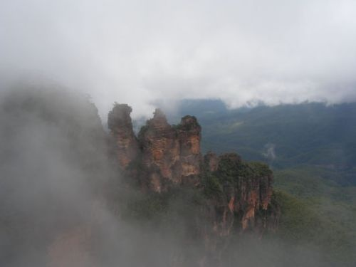 De Three Sisters, onderdeel van de Blue Mountains in Echo Point, met een beetje mist. Camperreis Down Under/Australië. 2005.