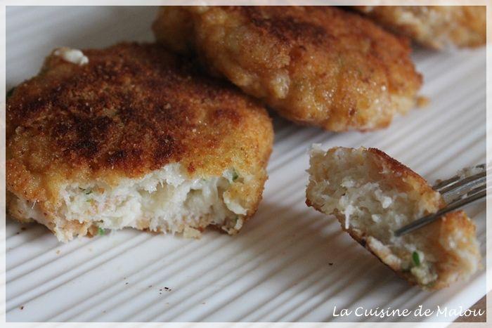 croquettes de poisson  250g de cabillaud – 1 tranche de pain de mie – un peu de lait – 1 gousse d'ail persil – sel, poivre – 1 oeuf – farine – chapelure – huile d'olive pour la cuisson