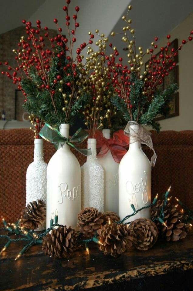 Lege flessen over van die lekkere wijn uit Frankrijk? Als je ze wit schildert en er mooie kerstakken in zet, heb je een stijlvolle kerstdecoratie.