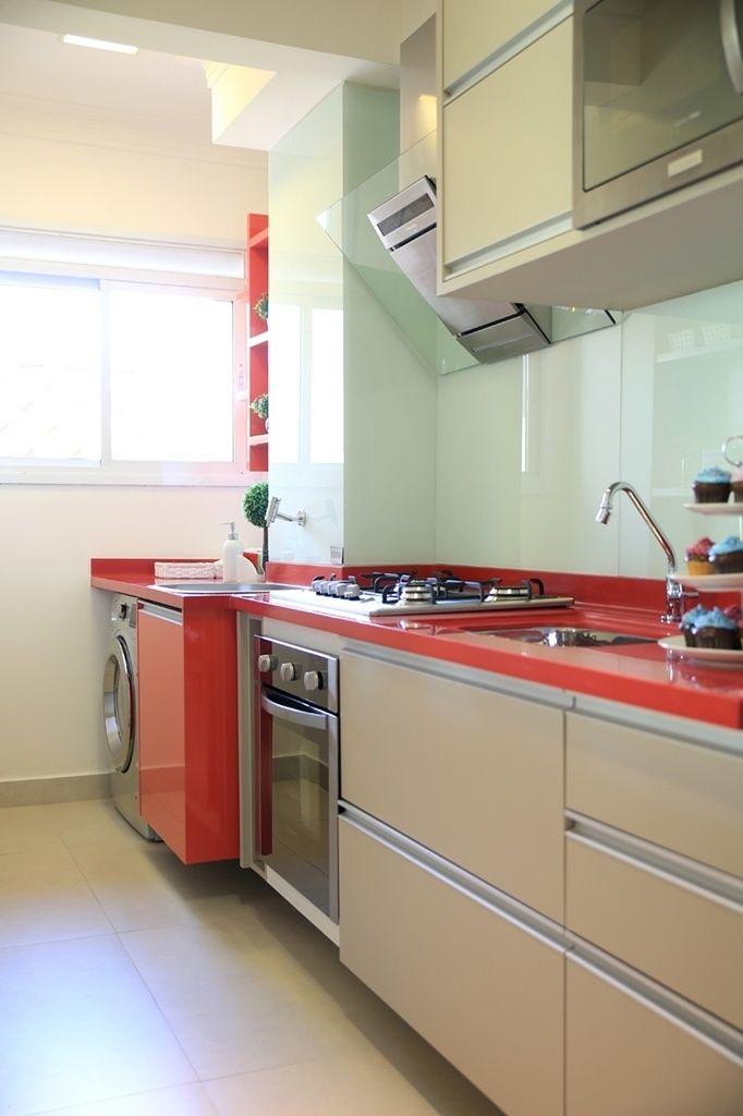 Somando apenas sete metros quadrados, a cozinha e a lavanderia desse apartamento ganharam personalidade com a adição de pontos de cor. O destaque do ambiente criado pela arquiteta Márcia Brunello é o contraste criado pela bancada vermelha em Corian e os armários claros fornecidos pela SCA