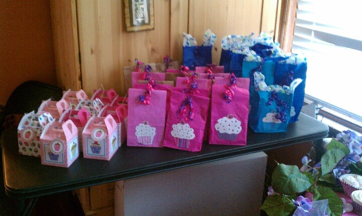 Cupcake themed party favor bags.  Scarletts bday ideas  Pinterest ...