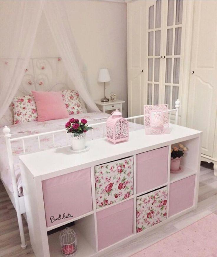 Ich liebe dieses Setup. Lilys großes Mädchenbett mit einem Würfelorganisator am Fuße des Bettes.
