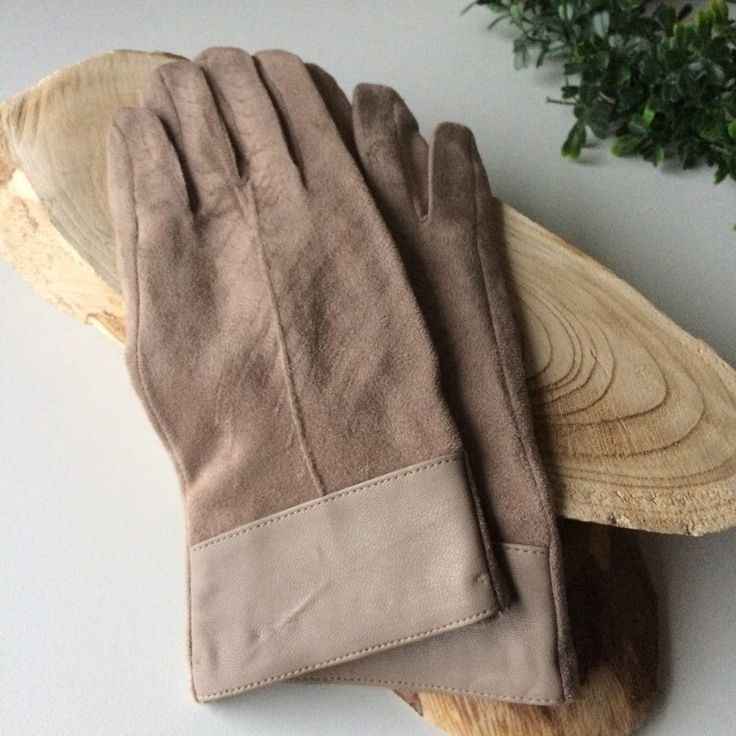 beige zachte handschoenen - 4leafs4joy - cosy - kunststof boord - 50% Viscose - 5% Elastaan - 45% Polyester - zacht - rekbaar - Suède look - last week
