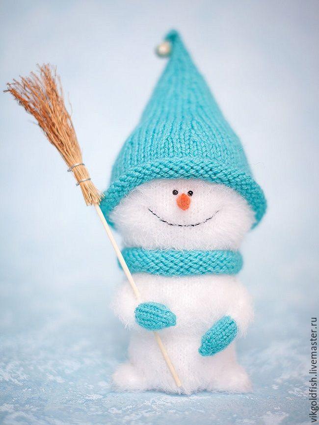 """Непременный атрибут каждой зимы - весёлый снеговичок может поселиться в вашем доме, если вязать в руки спицы и немножко постараться. Пушистая белая пряжа создают правдоподобный """"снежный"""" эффект, а яркий колпачок делает игрушку забавной и запоминающейся. Только представьте, какой это будет замечательный новогодний подарок своими руками для детей и взрослых! Представили? Давайте скорее попробуем связать что-то подобное!"""